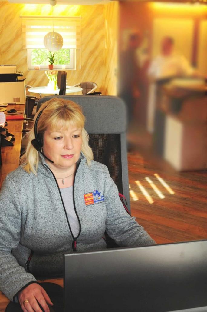 Office-Managerin Ramona Seydler am Computer