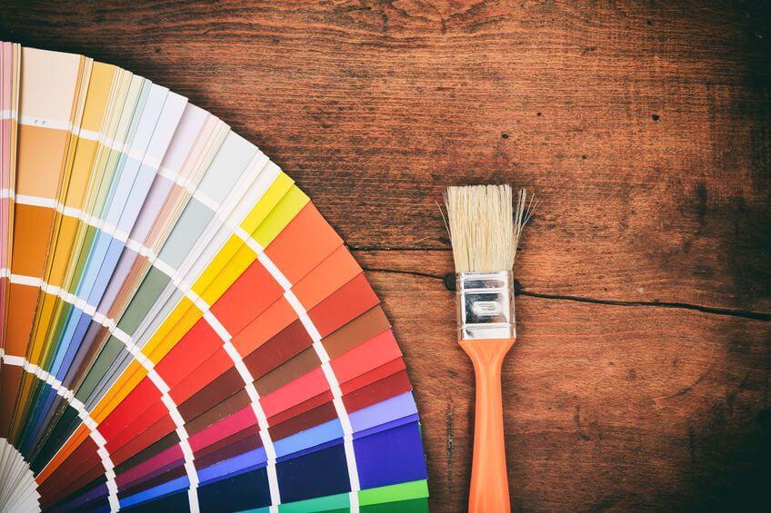 Farbpalette auf Holzboden mit Pinsel
