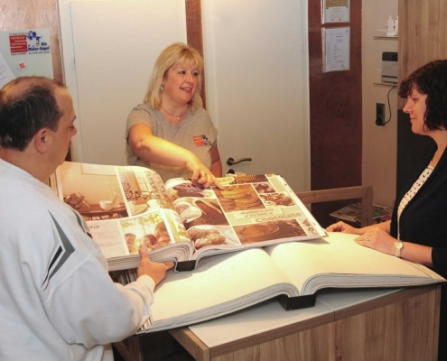 Kundenberatung mit  Tapetenbuch