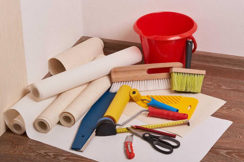 Arbeitsmaterial und Werkzeug für Tapezierarbeiten